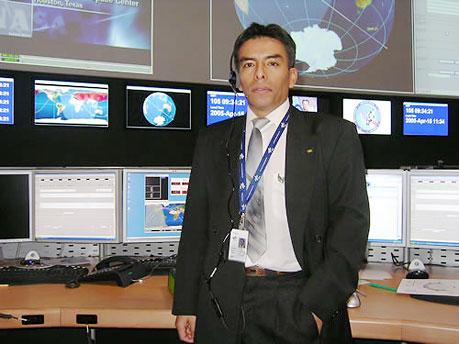 Martín Canales en la Sala de Control del Módulo Columbus. de Comas, Lima Norte