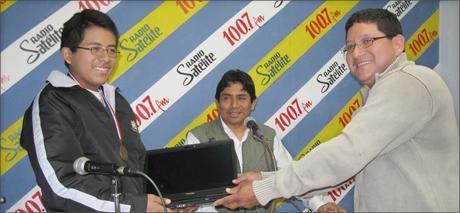 Gerente-de-Servicio-Sociales-hace-entrega-de-laptop-en-nombre-del-alcalde-Omar-Marcos-1