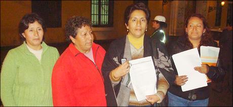 Ivone-Tapia,-en-compania-de-dirigentas-del-vaso-de-leche-del-distrito-de-Independencia