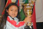 Melanie,-mostrando-el-trofeo-de-campeona-de-ajedrez